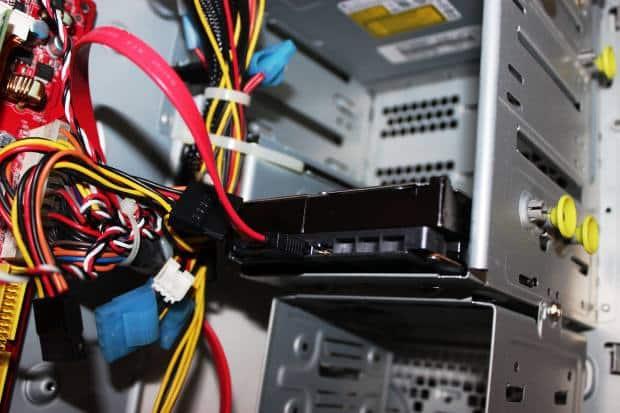 壊れたパソコンを修理する作業