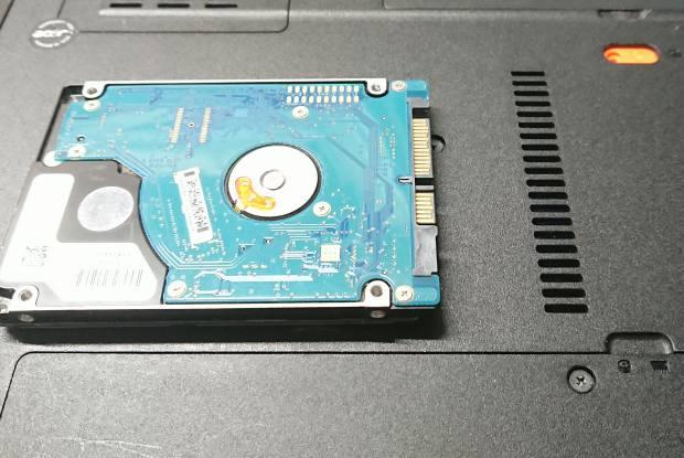 ノートパソコンのハードディスクドライブ