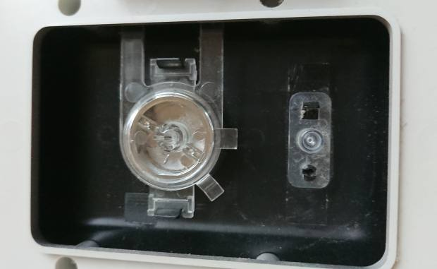 電源ボタンの裏側