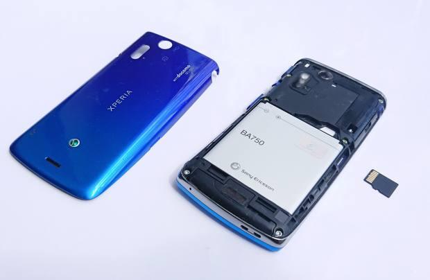 スマートフォンの蓋を開ける