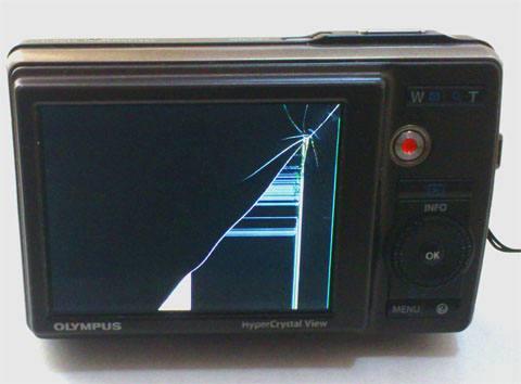 モニタが割れて壊れたカメラ